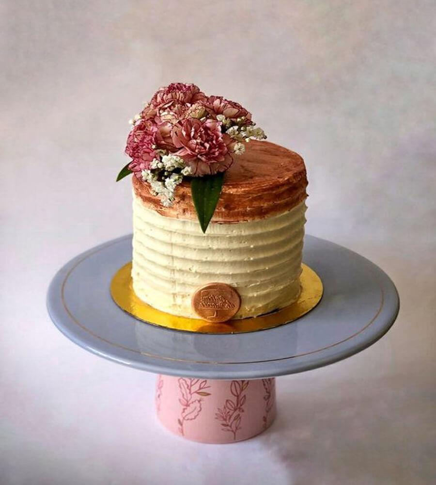 Bolo de pasta americana feminino com flores