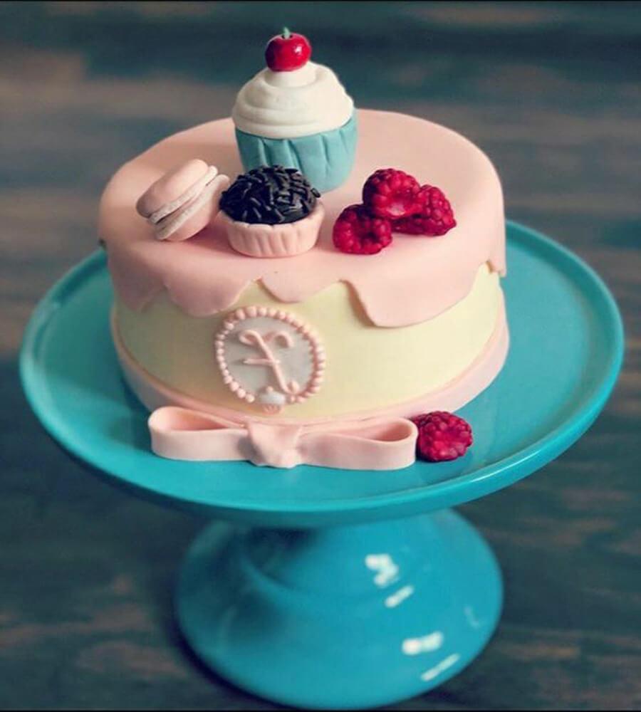 Bolo de pasta americana feminino com doces